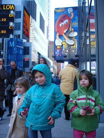 Alex, Roos-Marijn en Bryn voor de M&M's winkel op Timessquare